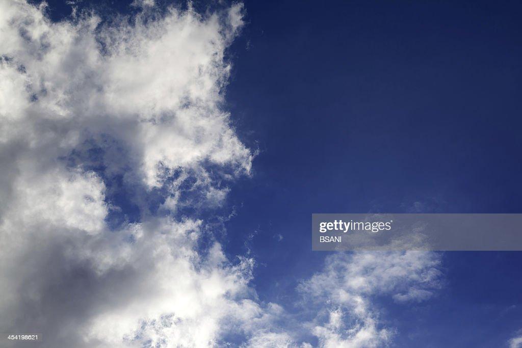 Céu azul com nuvens em nice dia soalheiro : Foto de stock