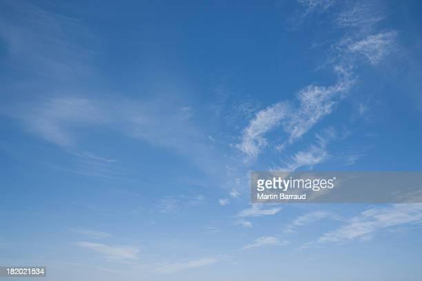 blue sky with clouds - lucht stockfoto's en -beelden