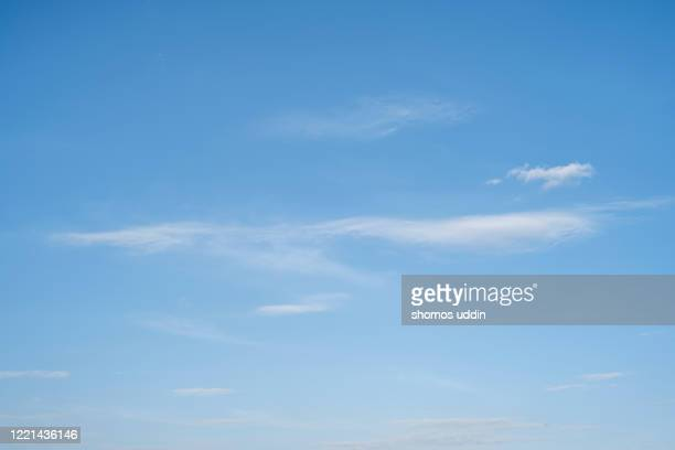 blue sky with white clouds - blau stock-fotos und bilder