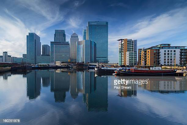 blue skys over canary wharf - canary wharf stock photos and pictures