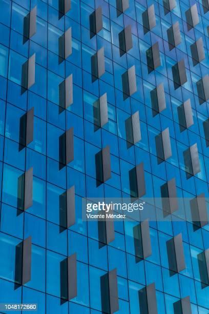 blue skyscraper - vicente méndez fotografías e imágenes de stock