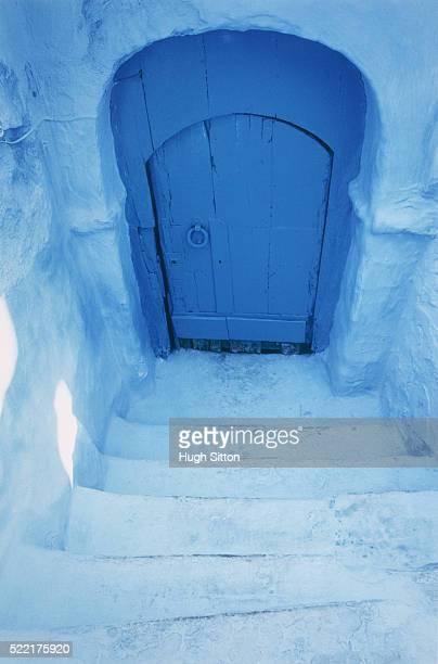 blue steps and doorway, morocco - hugh sitton fotografías e imágenes de stock