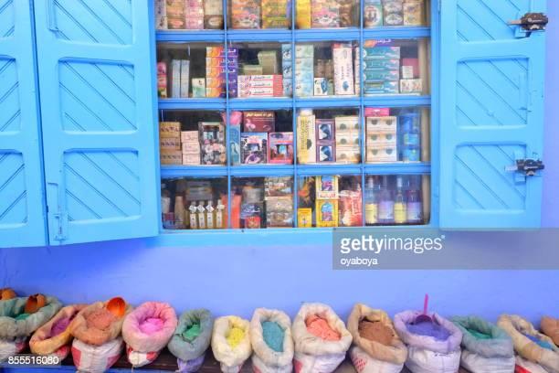 calle azul en marruecos - chefchaouen fotografías e imágenes de stock