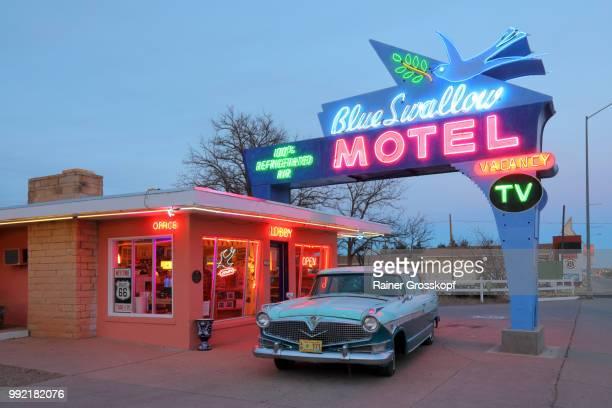 blue swallow motel on route 66 at sunset - rainer grosskopf 個照片及圖片檔