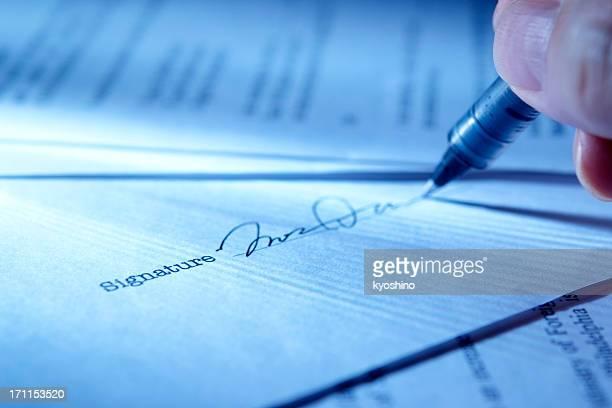 Primer plano de la mano de la firma del contrato