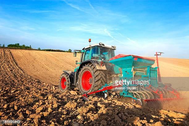 Azul tractor sementeira em Campo