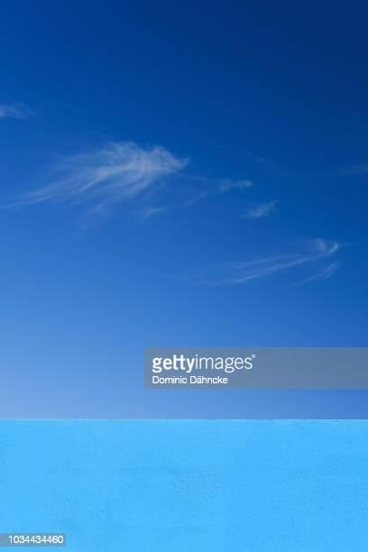 blue wall with blue sky - dähncke fotografías e imágenes de stock