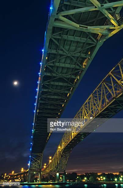 blue water bridge at dusk - ポートヒューロン ストックフォトと画像