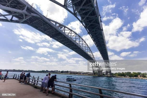 blue water bridge - ポートヒューロン ストックフォトと画像