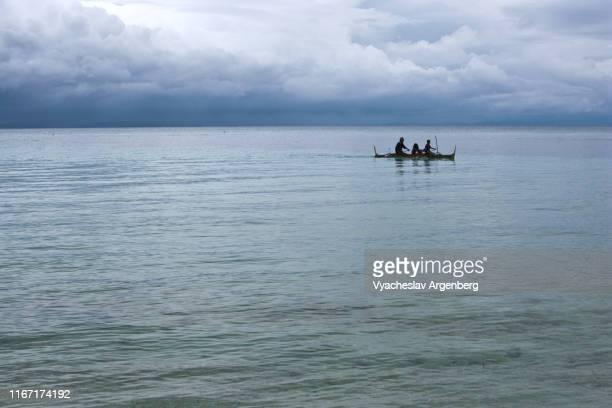 blue waters of visayan sea under tropical clouds, philippines - argenberg fotografías e imágenes de stock