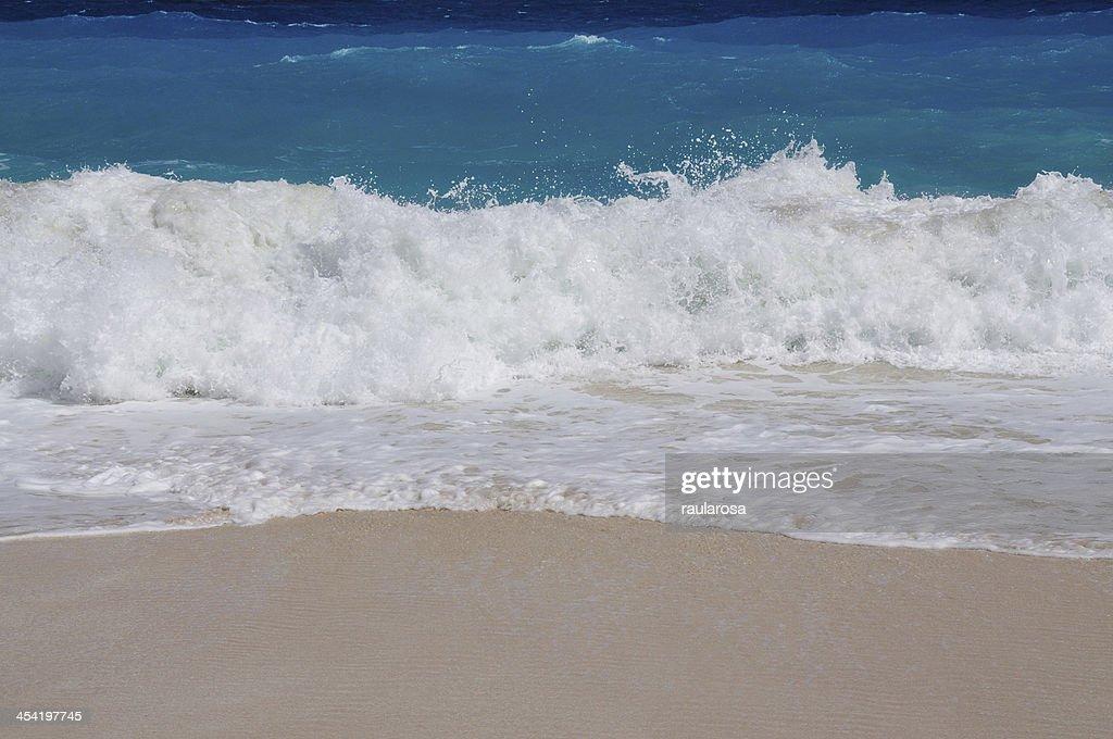 Ondas de águas azuis, brancos : Foto de stock