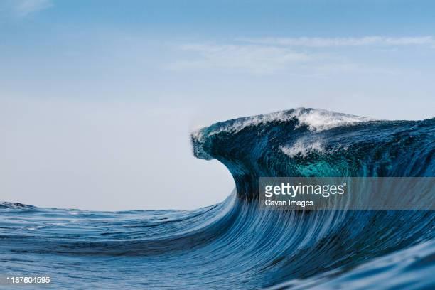 blue wave breaking in the atlantic ocean - ola fotografías e imágenes de stock
