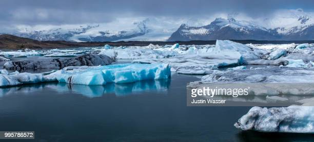 blue wonder world of iceland's glacial lagoon - wasser stock pictures, royalty-free photos & images