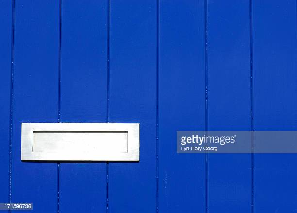 blue wooden door with silver letterbox - lyn holly coorg stock-fotos und bilder
