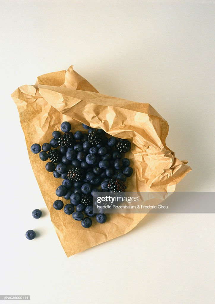 Blueberries and blackberries on brown paper : Stockfoto