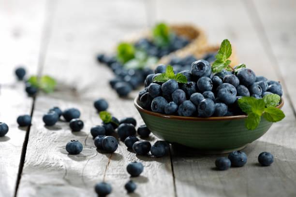 木制的桌子上的藍莓 - 藍莓 個照片及圖片檔