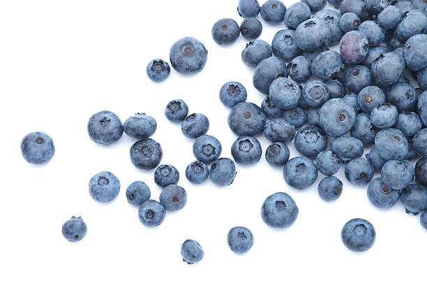 blueberries scattered on white background - 藍莓 個照片及圖片檔