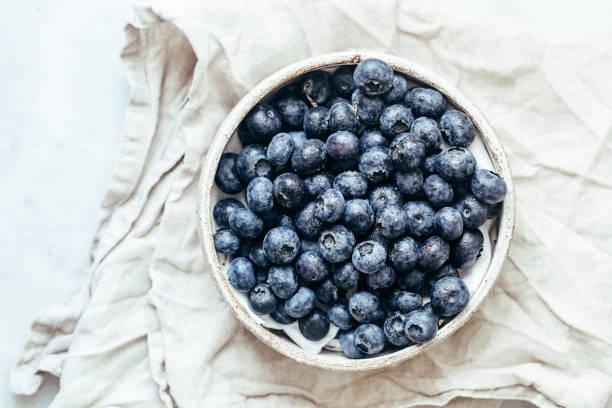 藍色背景的藍莓碗,鄉村風格的複製空間 - 藍莓 個照片及圖片檔