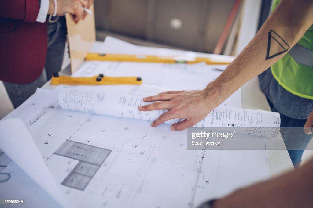 Baupläne auf Baustelle : Stock-Foto