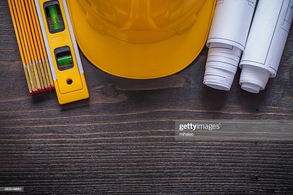 Projectos de construção de capacete amarelo construção e de madeira : Foto de stock
