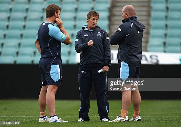 Blues coach Craig Bellamy talks to Josh Perry and Michael Weyman of the Blues during a New South Wales Origin training session at Parramatta Stadium...