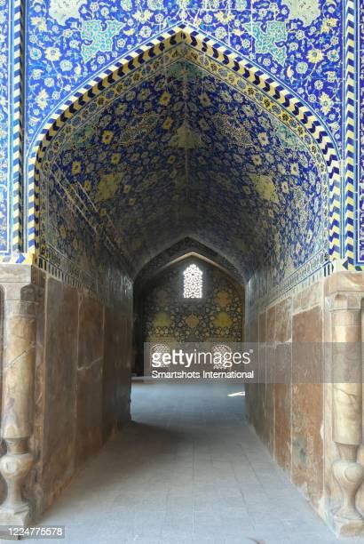 "blue-tiled corridor inside ""masjed-e shah"" mosque (""shah mosque"") in isfahan, iran - イマームホメイニ広場 ストックフォトと画像"