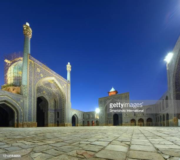 """blue-tiled courtyard of """"masjed-e shah mosque"""" (""""shah mosque"""") illuminated at dusk in isfahan, iran - isfahan stad stockfoto's en -beelden"""