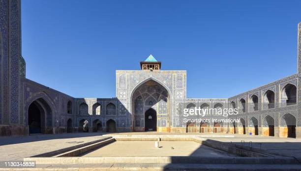 blue-tiled iwan of 'masjed-e shah' mosque ('shah mosque') in isfahan, iran, a unesco heritage site - isfahan stad stockfoto's en -beelden