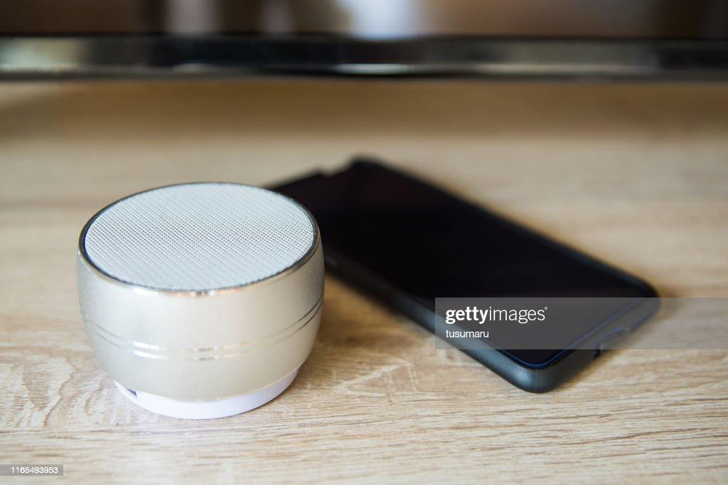 Bluetooth-Lautsprecher und Mobiltelefone : Stock-Foto