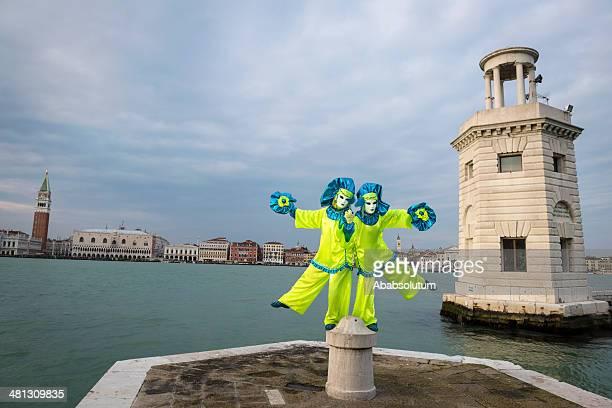 azul-amarelo máscaras de carnaval de veneza em san giorgio, itália, europa - carnaval de veneza imagens e fotografias de stock