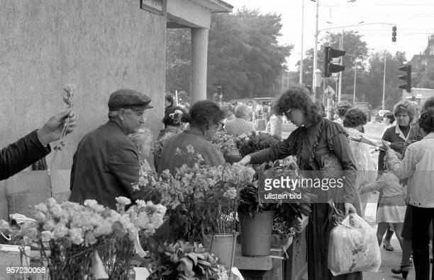 Blumenverkauf in Stettin an fast jeder größeren Straßenkreuzung kann man sie in Stettin finden die Blumenverkäufer aufgenommen 1984