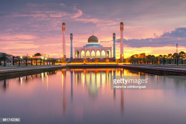 blur of mosque during sun set - moschee stock-fotos und bilder