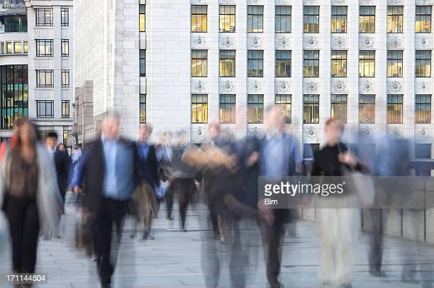 Verschwommene Geschäft Pendler Walking vor Bürogebäude, London