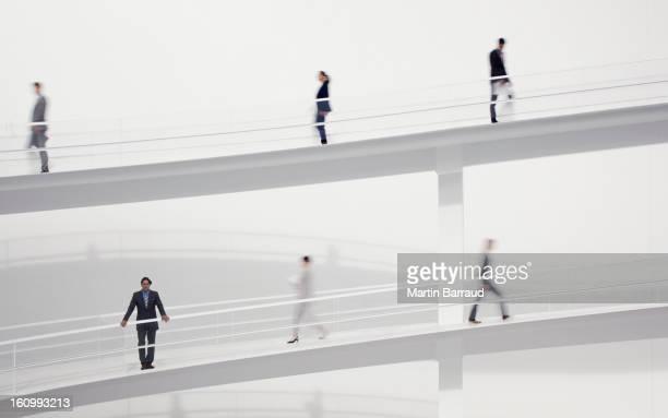 Borrosa gente de negocios caminando en pasillos elevados