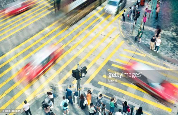 carros borrados que conduzem na pedestres da cidade - travessia de pedestres marca de rua - fotografias e filmes do acervo
