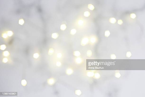 blurred fairy lights, festive white abstract background for christmas or new year greeting card - 太陽フレア ストックフォトと画像