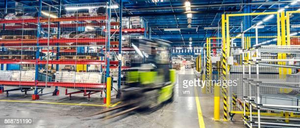 wazig heftruck in fabriek - tijdopname stockfoto's en -beelden