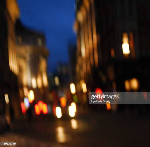 blurred london street lights at night - lyn holly coorg photos et images de collection