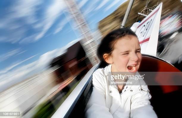 Borroso, niña divirtiéndose en el parque de diversiones Ride