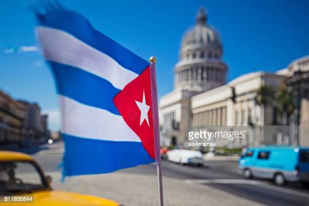 movimiento borrosa de bandera cubana contra el capitolio - bandera cubana fotografías e imágenes de stock