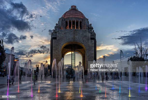 blurred motion of fountain against monument to the revolution - メキシコシティ ストックフォトと画像