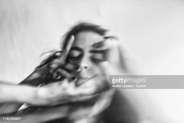 blurred motion of hands hitting woman - hard foto e immagini stock