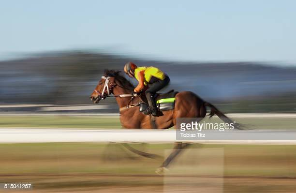 blurred motion of jockey riding horse - thoroughbred horse - fotografias e filmes do acervo