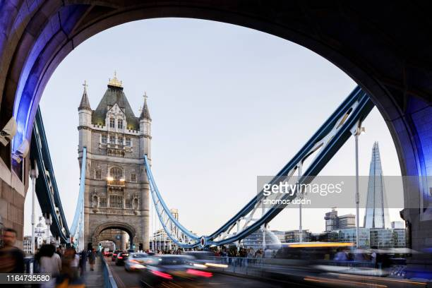 blurred motion of rush hour traffic and tourists against london landmark - international landmark stock pictures, royalty-free photos & images