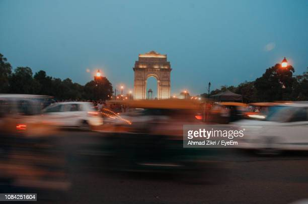 blurred motion of street at night - delhi stock pictures, royalty-free photos & images