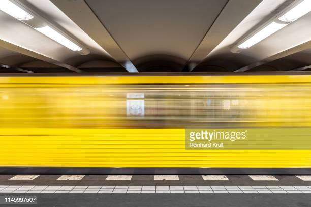 blurred motion of train at subway station - trem do metrô - fotografias e filmes do acervo