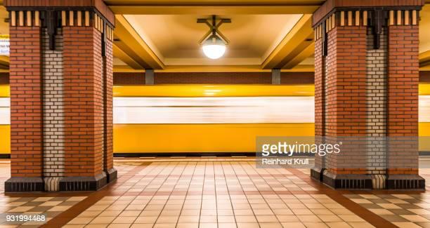 blurred motion of train at subway station - u bahnstation stock-fotos und bilder