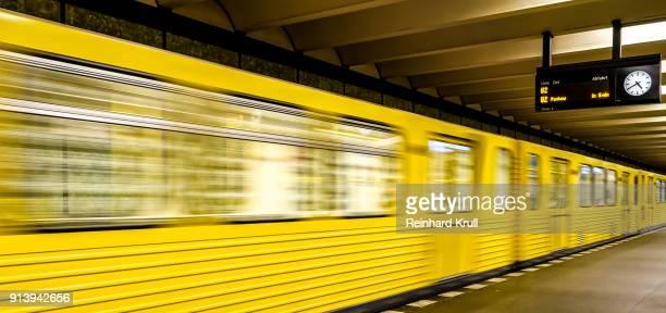 blurred motion of train in subway station - u bahnstation stock-fotos und bilder
