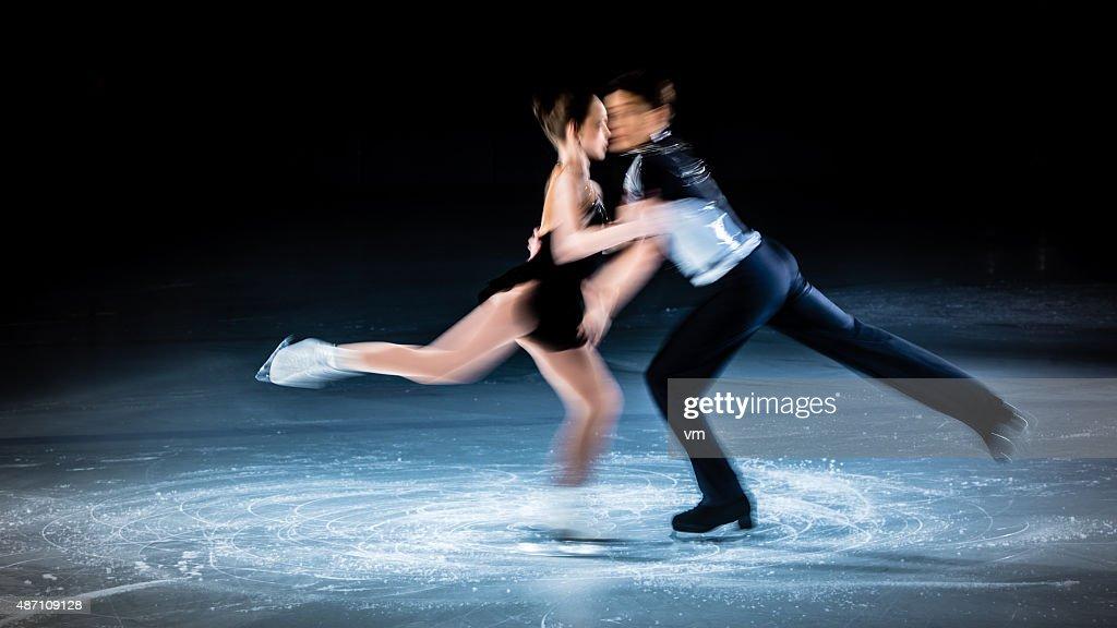 Bewegungsunschärfe Aufnahme von Eiskunstlauf paar ausführen : Stock-Foto