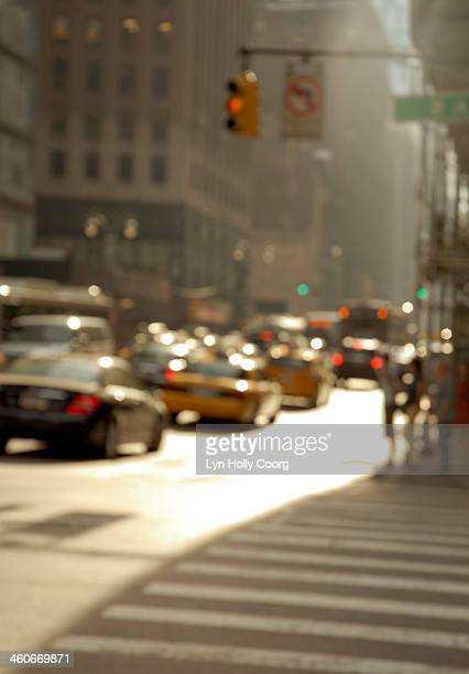blurred new york city street with cars - lyn holly coorg stock-fotos und bilder